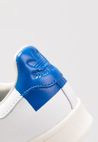 adidas Originals - STAN SMITH HEEL PATCH SHOES - Sneakers basse - footwear white/collegiate royal/offwhite - 5