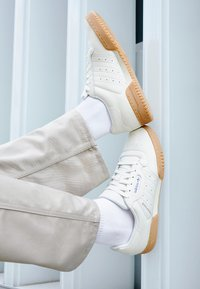 adidas Originals - POWERPHASE - Sneakers laag - offwhite/dark blue - 7