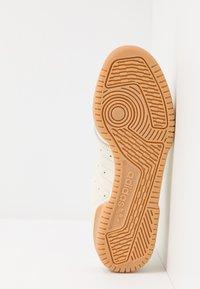 adidas Originals - POWERPHASE - Sneakers laag - offwhite/dark blue - 5