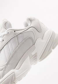 adidas Originals - YUNG 1 - Sneakers laag - crystal white/grey one/core black - 5