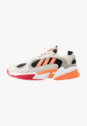 YUNG 1 - Matalavartiset tennarit - core black/semi coral/raw white