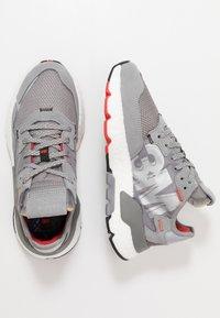 adidas Originals - NITE JOGGER - Sneakers basse - grey three/footwear white - 1