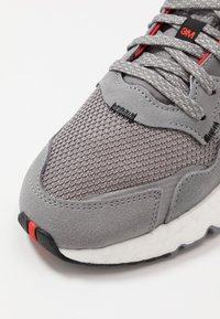 adidas Originals - NITE JOGGER - Sneakers basse - grey three/footwear white - 5