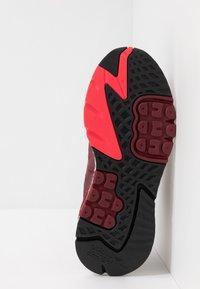 adidas Originals - NITE JOGGER - Joggesko - collegiate burgundy/footwear white - 4
