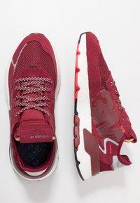 adidas Originals - NITE JOGGER - Joggesko - collegiate burgundy/footwear white - 1