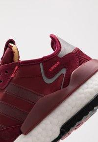 adidas Originals - NITE JOGGER - Joggesko - collegiate burgundy/footwear white - 5