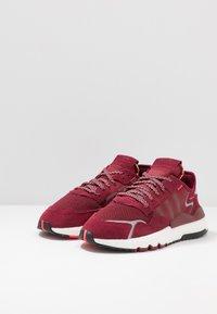 adidas Originals - NITE JOGGER - Joggesko - collegiate burgundy/footwear white - 2