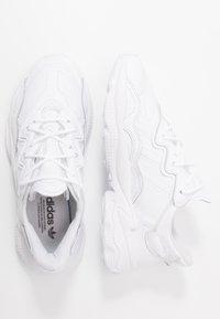 adidas Originals - OZWEEGO - Sneakers laag - footwear white/grey one - 1