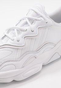 adidas Originals - OZWEEGO - Sneakers laag - footwear white/grey one - 5