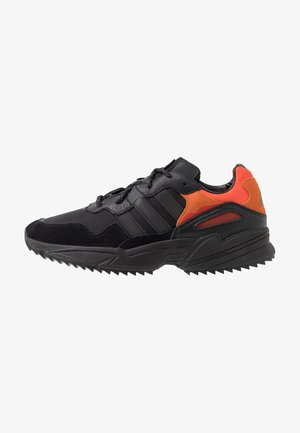 YUNG-96 TRAIL - Matalavartiset tennarit - core black/trace grey metallic/flash orange