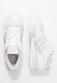 adidas Originals - RIVALRY - Sneakersy niskie - footwear white/grey one