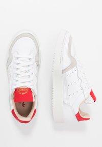 adidas Originals - SUPERCOURT - Sneakersy niskie - footwear white/scarlet - 1