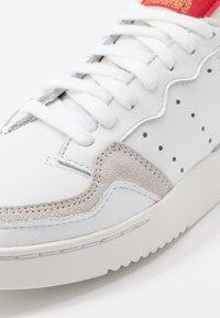 adidas Originals - SUPERCOURT - Sneakersy niskie - footwear white/scarlet - 5