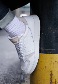 adidas Originals - SUPERCOURT - Sneakersy niskie - footwear white/crystal white