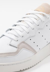 adidas Originals - SUPERCOURT - Sneakersy niskie - footwear white/crystal white - 8