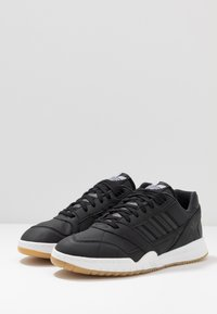 adidas Originals - A.R. TRAINER - Sneakers laag - core black/footwear white - 2