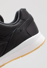 adidas Originals - A.R. TRAINER - Sneakersy niskie - core black/footwear white - 5