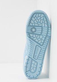 adidas Originals - RIVALRY - Tenisky - clear sky/footwear white - 4