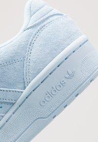 adidas Originals - RIVALRY - Tenisky - clear sky/footwear white - 5