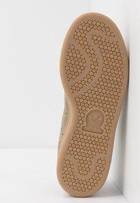 adidas Originals - STAN SMITH - Tenisky - trace cargo/mesa/night brown - 4