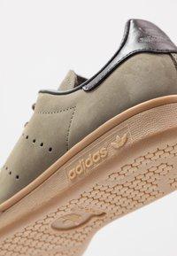 adidas Originals - STAN SMITH - Tenisky - trace cargo/mesa/night brown - 5