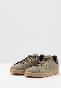adidas Originals - STAN SMITH - Tenisky - trace cargo/mesa/night brown - 2