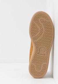 adidas Originals - STAN SMITH - Sneakers - mesa/night brown/yellow - 4