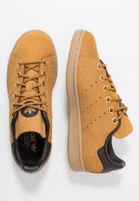 adidas Originals - STAN SMITH - Sneakers - mesa/night brown/yellow - 1