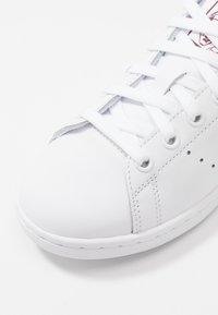 adidas Originals - STAN SMITH - Joggesko - footwear white/collegiate burgundy - 6