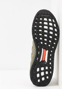 adidas Originals - ULTRABOOST S&L - Sneakersy niskie - raw khaki/trace cargo/solar red - 4