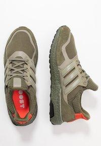 adidas Originals - ULTRABOOST S&L - Sneakersy niskie - raw khaki/trace cargo/solar red - 1