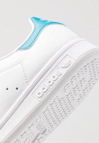 adidas Originals - STAN SMITH STREETWEAR-STYLE SHOES - Zapatillas - footwear white/active teal - 5