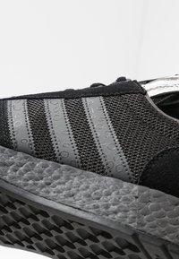 adidas Originals - MARATHON TECH - Sneakers laag - core black/dough solid grey/silver metallic - 5