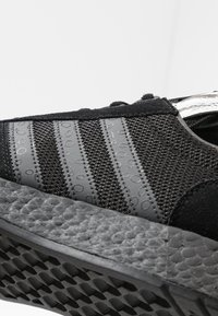 adidas Originals - MARATHON TECH - Tenisky - core black/dough solid grey/silver metallic - 5