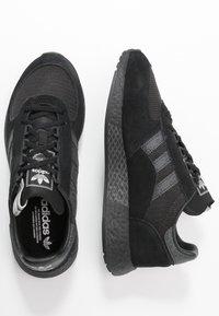 adidas Originals - MARATHON TECH - Sneakers laag - core black/dough solid grey/silver metallic - 1