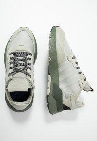 adidas Originals - NITE JOGGER - Sneakersy niskie - sesame/raw khaki - 1