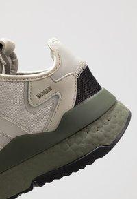 adidas Originals - NITE JOGGER - Sneakers laag - sesame/raw khaki - 5