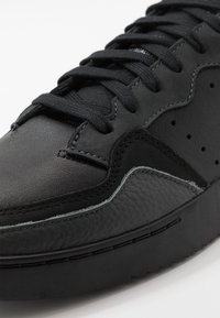 adidas Originals - SUPERCOURT - Baskets basses - core black/dough solid grey - 5