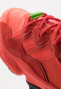 adidas Originals - OZWEEGO - Sneakersy niskie - red - 5