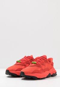 adidas Originals - OZWEEGO - Sneakersy niskie - red - 2