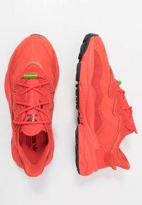 adidas Originals - OZWEEGO - Sneakersy niskie - red - 1