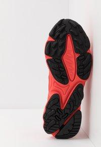 adidas Originals - OZWEEGO - Sneakersy niskie - red - 4