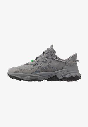 OZWEEGO - Sneakers basse - carbon/coreblack/solar green