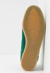 adidas Originals - GAZELLE - Trainers - collegiate green - 4