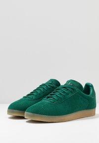 adidas Originals - GAZELLE - Trainers - collegiate green - 2