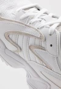 adidas Originals - YUNG-96 CHASM TRAIL - Tenisky - footwear white/crystal white/core black - 5