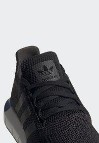 adidas Originals - SWIFT RUN SHOES - Sneakers basse - black - 6