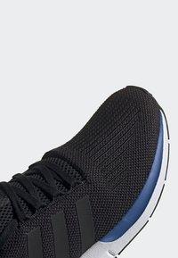 adidas Originals - SWIFT RUN SHOES - Sneakers basse - black - 5