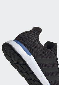 adidas Originals - SWIFT RUN SHOES - Sneakers basse - black - 7