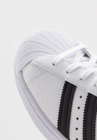 adidas Originals - SUPERSTAR - Sneakers laag - footwear white/core black - 5